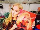 Angélica encontra seu disco de 1989 em feirinha em São Paulo