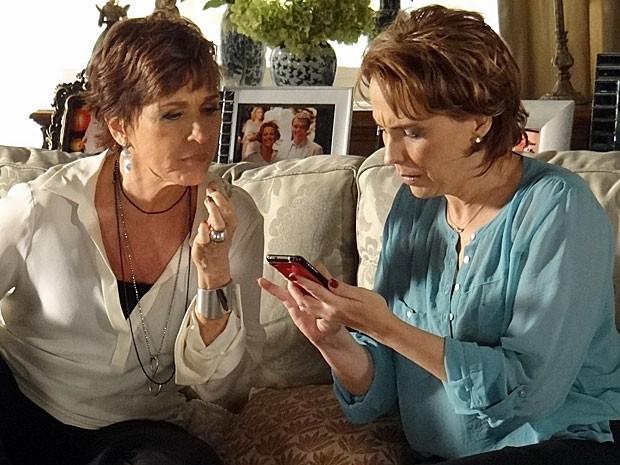 Rachel encontra foto que pode dar uma reviravolta na investigação (Foto: Salve Jorge/TV Globo)