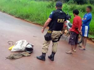 Situação se enquadra em crime ambiental e porte ilegal de arma (Foto: PRF em Santarém/Divulgação)