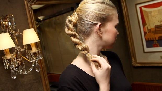 A modelo Geovanna Lopes, da 40 Graus Models, participou do passo a passo de trança-corda  (Foto: Reprodução )