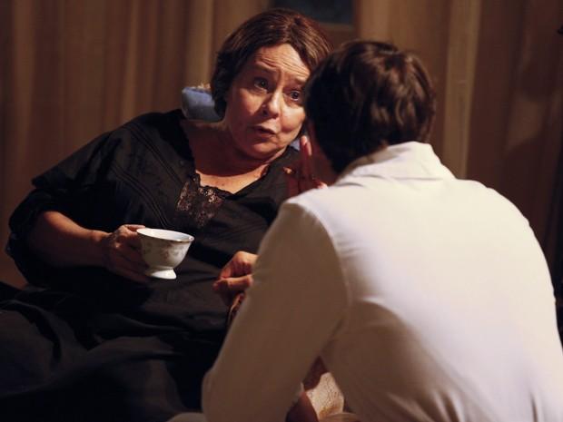 Dona Eulália reclama para Teodoro da falta de dinheiro para seus remédios (Foto: Lado a Lado/TV Globo)