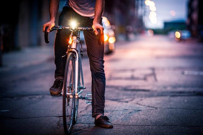 SmartHalo possui uma luz frontal para ajudar em rotas noturnas (Foto: Divulgação/SmartHalo)