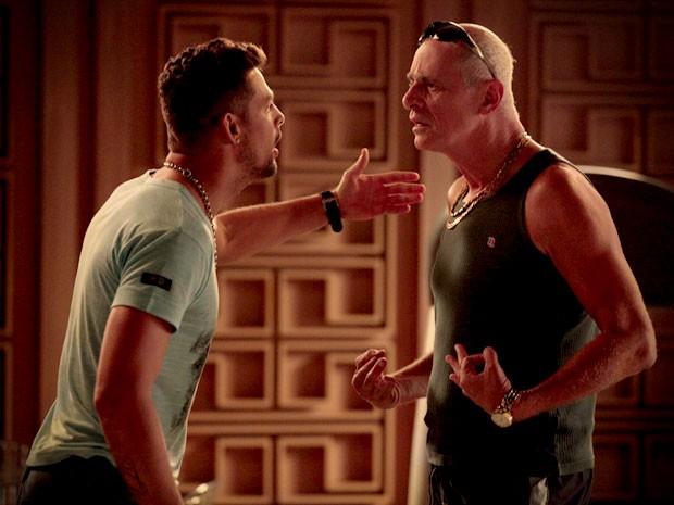 Jorginho solta a bomba e revela a Leleco que Max é seu pai (Foto: Avenida Brasil/TV Globo)