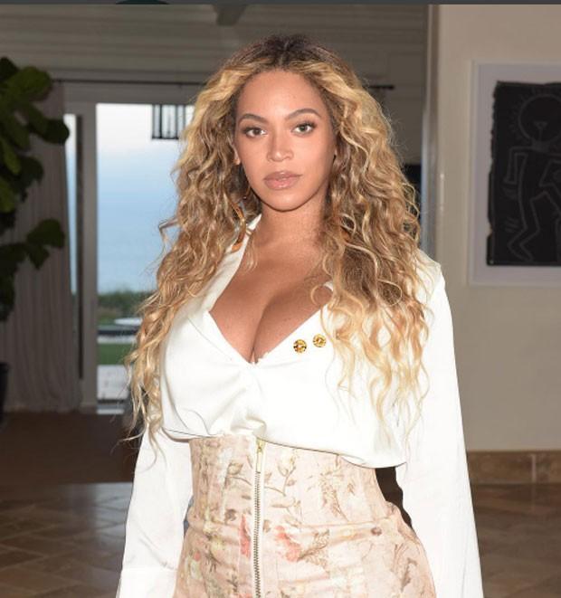Beyoncé exibe curvas um mês após nascimento de gêmeos