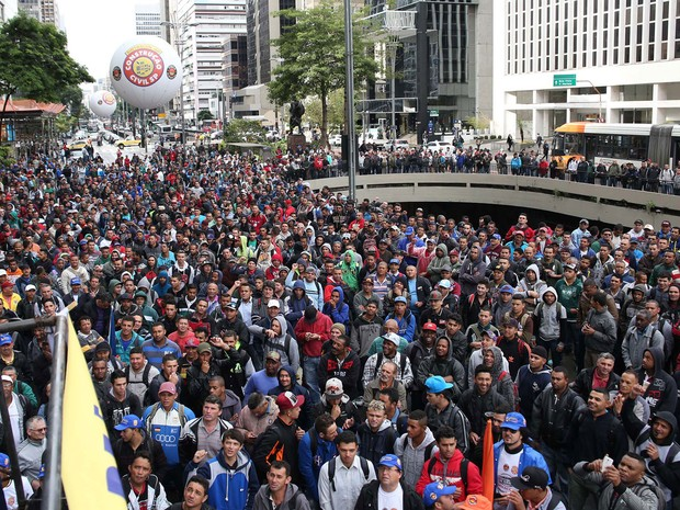 Funcionários da construção civil realizam protesto na Praça do Ciclista na Avenida Paulista, em São Paulo (SP), na manhã desta segunda-feira  (Foto: Renato S. Cerqueira/Futura Press/Estadão Conteúdo)