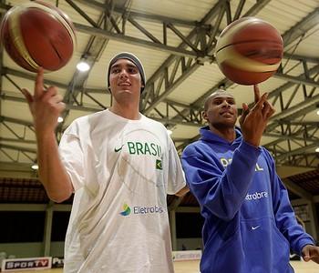 Anderson Varejão Leandrinho treino basquete Brasil  (Foto: agência Getty Images)
