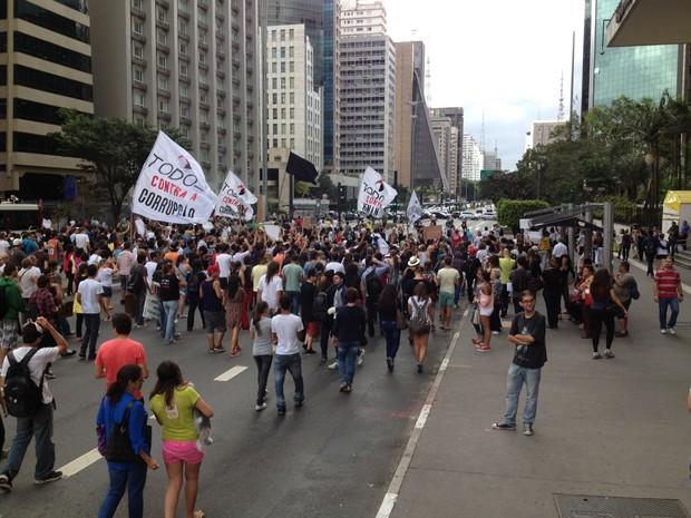 Manifestantes caminham em direção à Consolação (Foto: Rafael Miotto/G1)