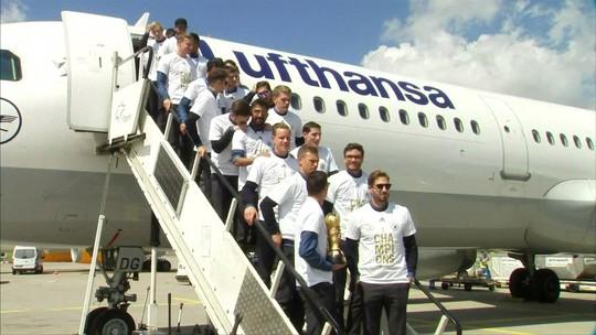Campeões retornam para a Alemanha com a taça da Copa das Confederações