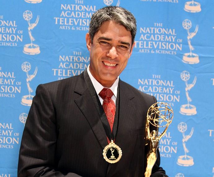 William Bonner com a estatueta do Emmy Internacional de 2011. Naquele ano o 'JN' levou o prêmio de Jornalismo (Foto: Luiz C Ribeiro / TV GLOBO)