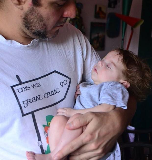 Olívia no colo do pai, Fernando (Foto: Reprodução/ Facebook)