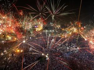 3/7 - Egípcios comemoram com fogos de artifício a derrubada de Morsi na praça Tahrir  (Foto: Amr Nabil/AP)