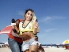 Vídeo: Mulher Melão faz 'blitz' para ver se brasileiros cantam o Hino Nacional