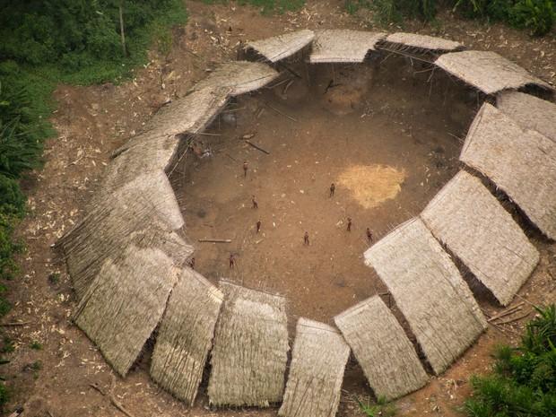 Segundo a Hutukara, índios da tribo Moxihatëtëa recusam contato com outros indígenas e com não-índios (Foto: Guilherme Gnipper/Hutukara/Divulgação)
