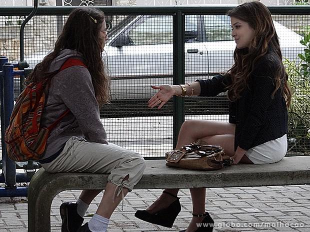 Flaviana faz uma proposta para lá de esquisita para Micaela (Foto: Malhação / TV Globo)