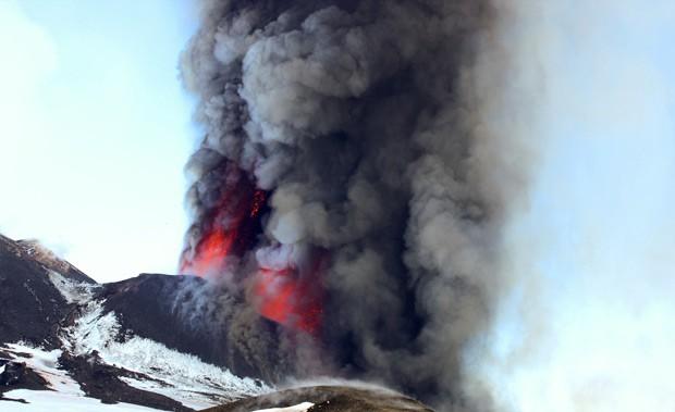Vulcão Etna em erupção neste domingo (18) na Sicília (Foto: Reuters)
