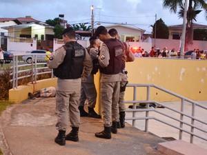 Jovem foi morto a tiros na Praça dos Ipês, em João Pessoa  (Foto: Walter Paparazzo/G1)