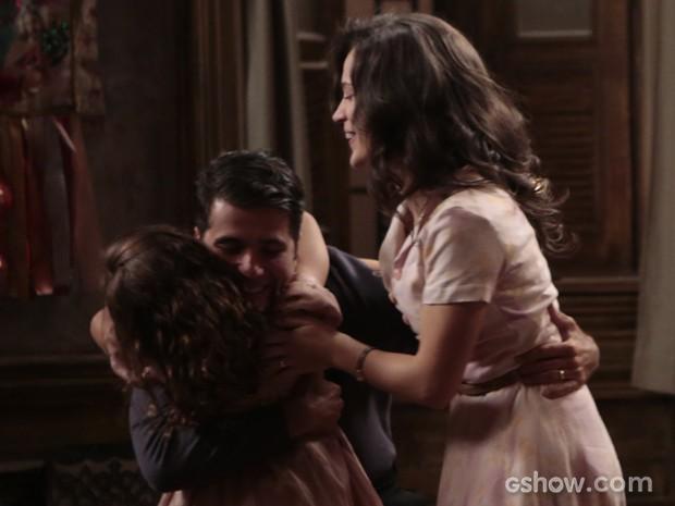 Para alegria de Amélia e Pérola, Franz é solto e volta para casa (Foto: Felipe Monteiro/TV Globo)