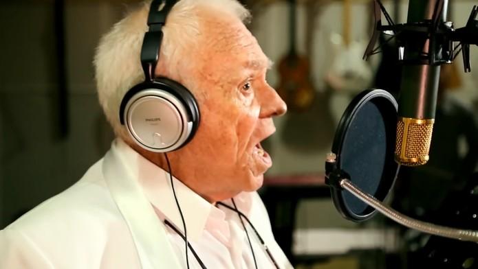 O narrador Silvio Luiz é a nova voz do Waze (Foto: Reprodução/YouTube)