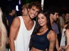 Aline Riscado vai com o namorado, Felipe Roque, a show no Rio