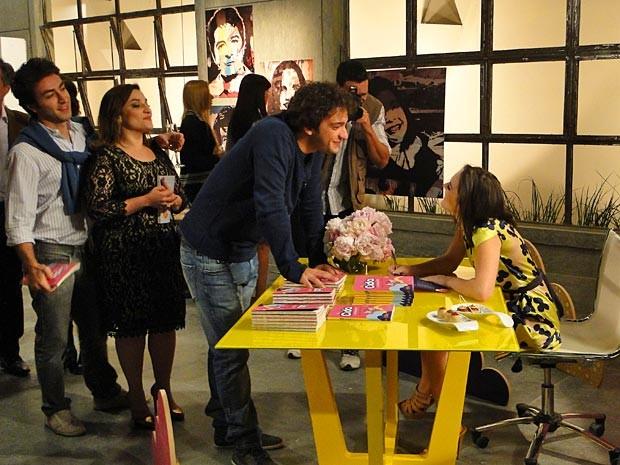 Noite de autógrafos de Cida tem direito a leitor apaixonado: Elano (Foto: Cheias de Charme / TV Globo)