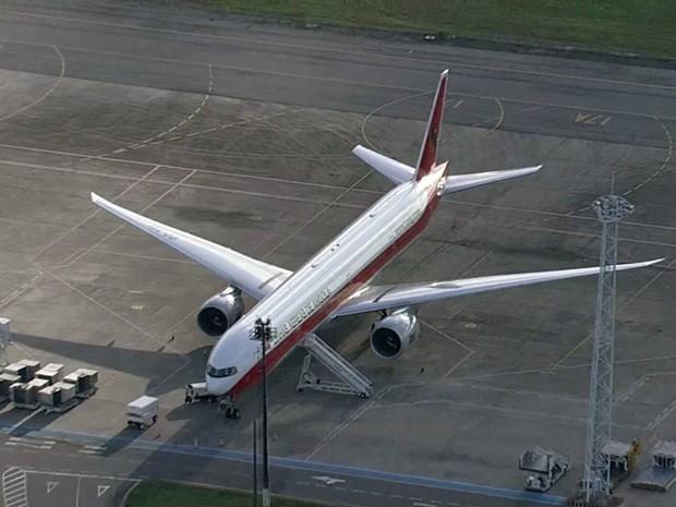 Avião que seguia para Luanda pousou no Recife após fogo em motor (Foto: Reprodução / TV Globo)