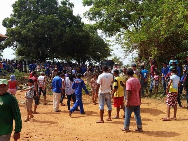 Comunidade fechou estrada após ficar dois dias sem energia (Foto: Willian Ferreira da Silva/Arquivo Pessoal)