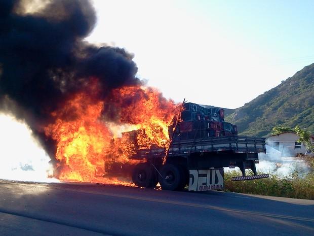 Um caminhão foi destruído pelo fogo no quilômetro 14 da BR-222, no município de Itapajé, no interior do Ceará, às 16h de segunda-feira (30). Segundo a Polícia Rodoviária Federal (PRF-CE), não se sabe o que causou o incêndio do veículo e ninguém ficou feri (Foto: Osvaldo Magalhães/Arquivo Pessoal)