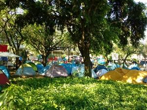 Grupo está acampando na praça da prefeitura em Bauru (Foto: Fernanda Ubaid / TV TEM)