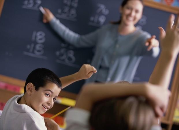 Professor ensina os alunos na escola (Foto: Thinkstock)