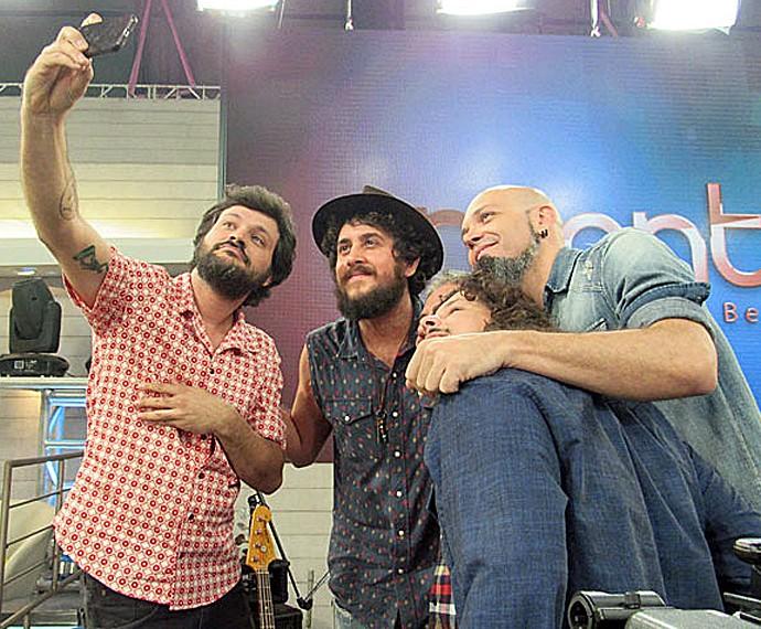 Suricato posa para selfie nos bastidores do 'Encontro' (Foto: Gshow)