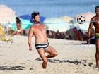 Da Sapucaí à praia: Marcelo Serrado joga futevôlei com amigos no Rio