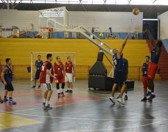 Treino basquete Poá (Foto: Cairo Oliveira)