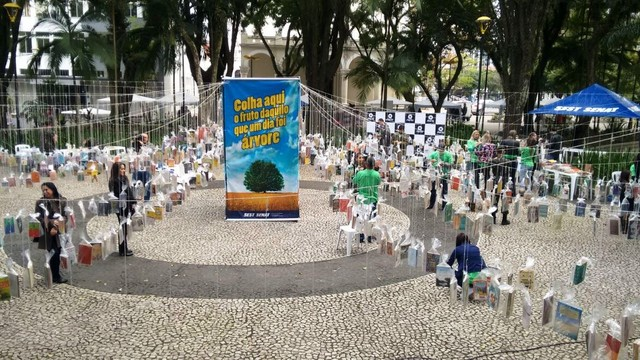 Praça em Criciúma virou biblioteca ao ar livre  (Foto: RBS TV/Divulgação)