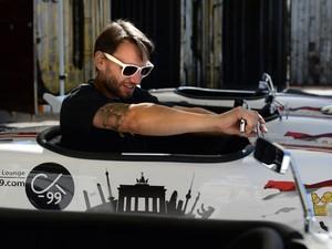 Cliente se prepara para sair em tour guiado em Hot Rod (Foto: Matthias Balk/AFP Photo/DPA)