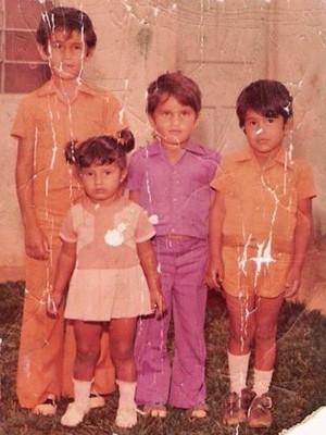 Edilson na infância, usando roxo, em foto tirada com os irmãos (Foto: Edilson Enedino Chagas/Arquivo Pessoal)