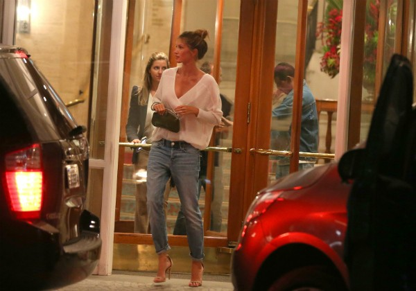 Gisele após jantar no restaurante do chef Claude Troigos, no Rio (Foto: AGNEWS)
