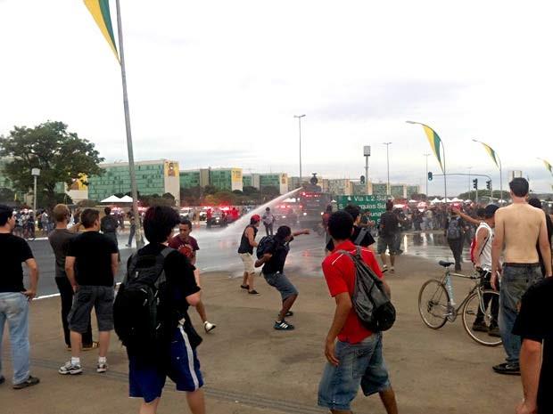 Tropa de Choque da Polícia Militar joga água em manifestantes que tentavam chegar ao Congresso  (Foto: Lucas Nanini/G1)