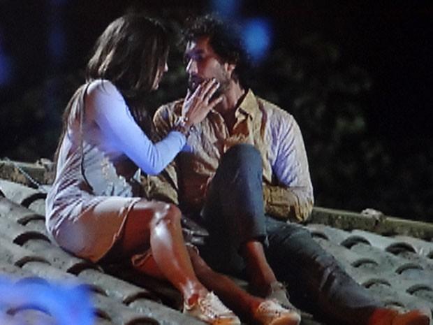 Lino leva Carol para o telhado do Flor do Caribe e o clima esquenta (Foto: Flor do Caribe / TV Globo)