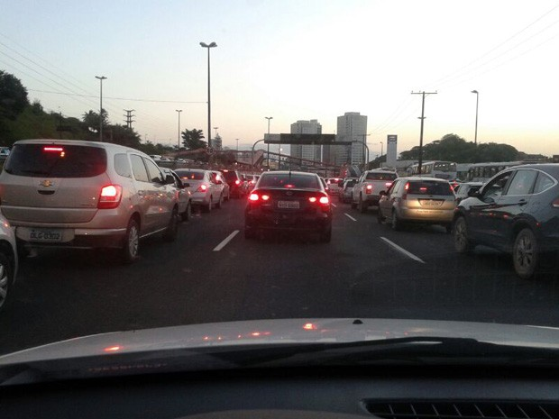 Trânsito na Avenida Paralela, uma das mais movimentadas da capital (Foto: Rodrigo Bonfim / Arquivo Perssoasl)
