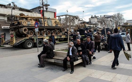 Forças de segurança tomaram redutos curdos,como o bairro Sur,em Diyarbakir,Turquia (Foto: ILYAS AKENGIN/AFP)