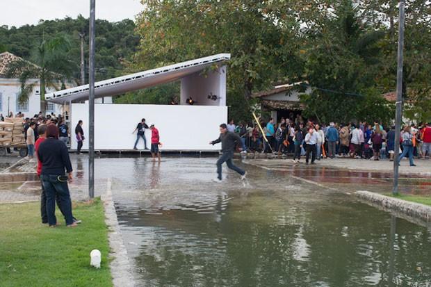 A maré subiu bastante na tarde deste domingo e atrapalhou os visitantes da Flip (Foto: Flavio Moraes/G1)