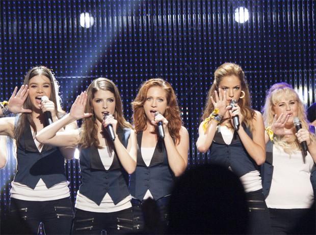 Hailee Steinfeld, Anna Kendrick, Brittany Snow, Alexis Knapp e Rebel Wilson em cena do filme 'A escolha perfeita 2' (Foto: Divulgação)