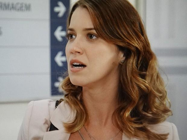 Laura vai atrás da vidente com sangue nos olhos (Foto: TV Globo)