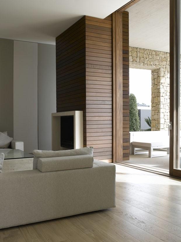 Um lar feito de pedra, madeira e concreto