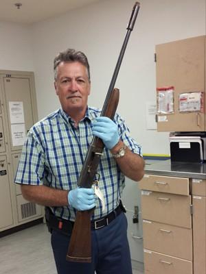 O detetive Michael Ciesynski segura arma que Kurt Cobain usou para se matar (Foto: Seattle Police via AP)