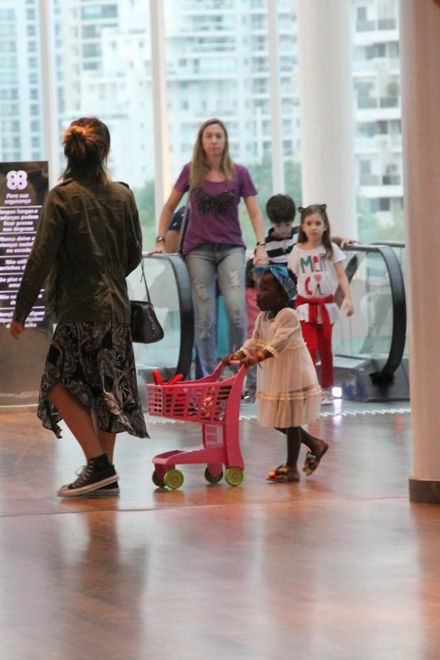 Lá vai Titi pelo shopping com seu carrinho (Foto: J Humberto/Agnews)