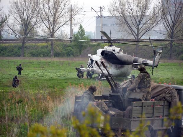 Helicóptero militar ucraniano pousa em um posto de controle da Ucrânia, perto da cidade de Slaviansk  (Foto: AFP)