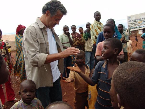 Marcos Paulo visitou um campo de refugiados para a novela Páginas da Vida (Foto: Divulgação/TV Globo)