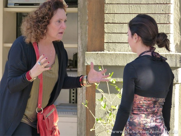 Valdirene conta que foi abandonada no motel (Foto: Amor à Vida / TV Globo)