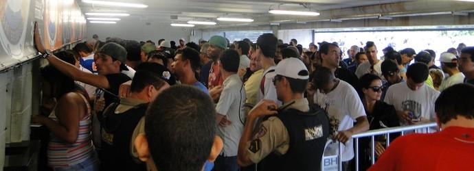 Filas grandes e confusas no Mineirão para comprar ingressos do jogo da taça (Foto: Gabriel Duarte)